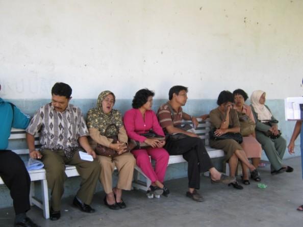 Guru-guru SMAN 4 yang menolak Ruislag sehabis mengajar duduk-duduk di beranda halaman Gedung SMAN 4 menunggu kepastian