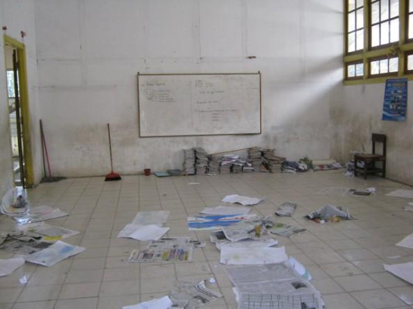 Ruang Kelas Tampak Setelah Selesai Belajar Hanya Beralaskan Koran Tanpa Meja dan Bangku Belajar